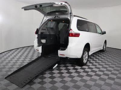 Commercial Wheelchair Vans for Sale - 2018 Toyota Sienna LE ADA Compliant Vehicle VIN: 5TDKZ3DCXJS907549