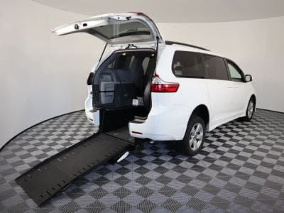 Commercial Wheelchair Vans for Sale - 2018 Toyota Sienna LE ADA Compliant Vehicle VIN: 5TDKZ3DC6JS902090