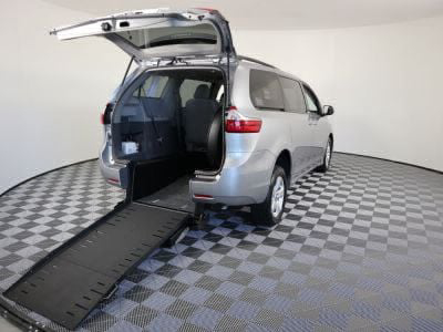 Commercial Wheelchair Vans for Sale - 2018 Toyota Sienna LE ADA Compliant Vehicle VIN: 5TDKZ3DC6JS909041