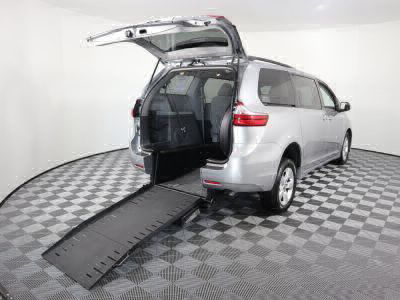 Commercial Wheelchair Vans for Sale - 2018 Toyota Sienna LE ADA Compliant Vehicle VIN: 5TDKZ3DC5JS904817
