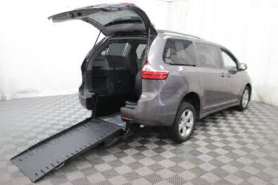 Commercial Wheelchair Vans for Sale - 2018 Toyota Sienna LE ADA Compliant Vehicle VIN: 5TDKZ3DC6JS910805