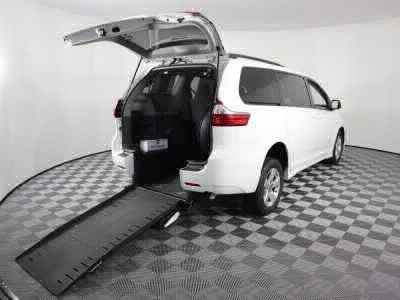 Commercial Wheelchair Vans for Sale - 2018 Toyota Sienna LE ADA Compliant Vehicle VIN: 5TDKZ3DC7JS905824