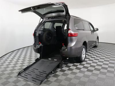 Commercial Wheelchair Vans for Sale - 2019 Toyota Sienna LE ADA Compliant Vehicle VIN: 5TDKZ3DC5KS986467